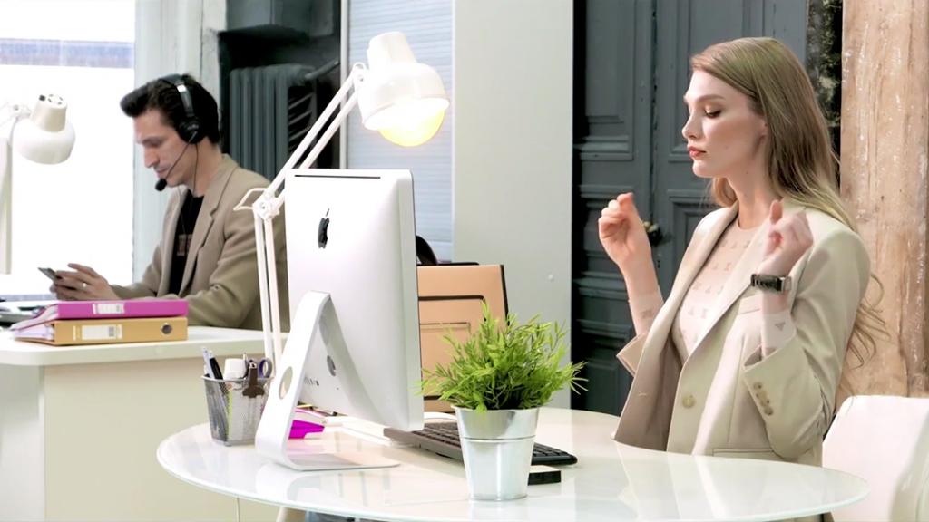 Зарядка в офисе на рабочем месте от топ-модели Ирины Николаевой