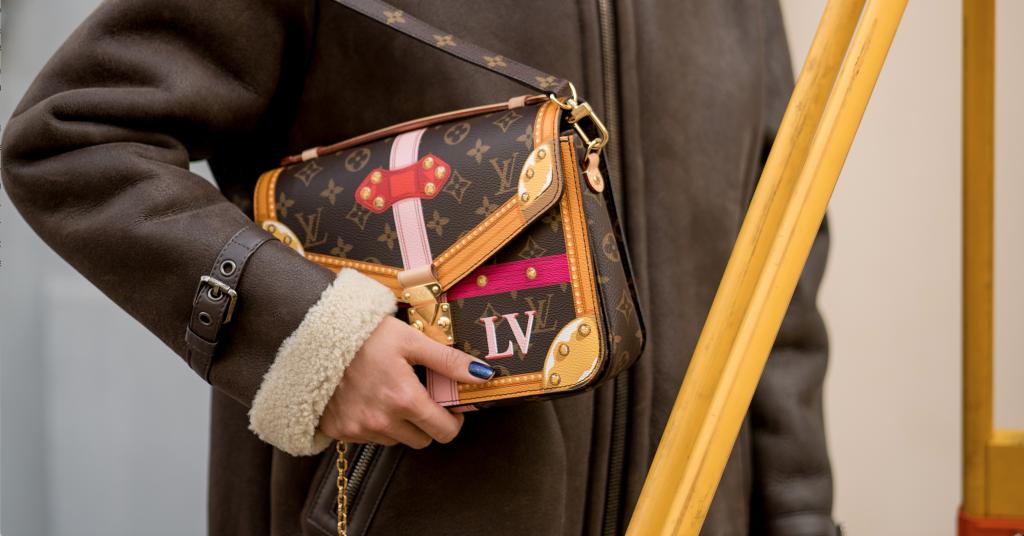 Логомания возвращается, а вместе с ней и наши первые фирменные сумки