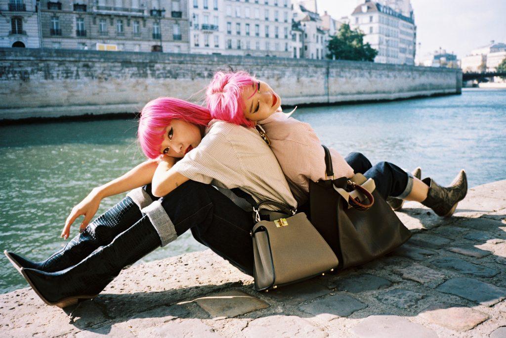Сестры Эми и Айя Судзуки из Японии любят розовые волосы, яркие цвета и броские аксессуары
