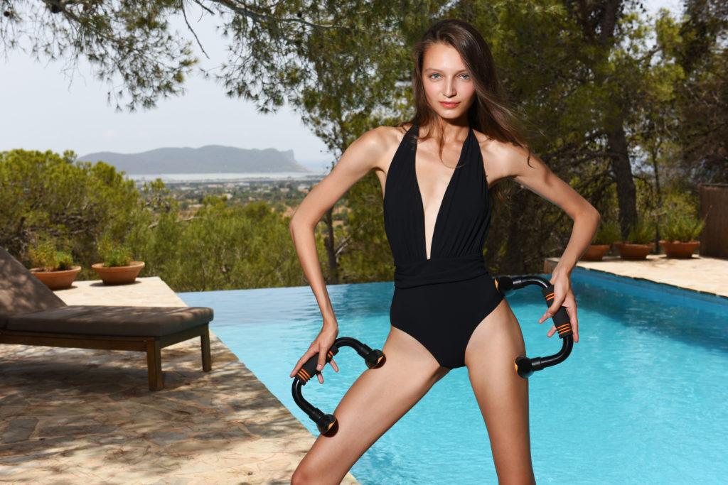 Маленький черный купальник – для вечеринки у бассейна