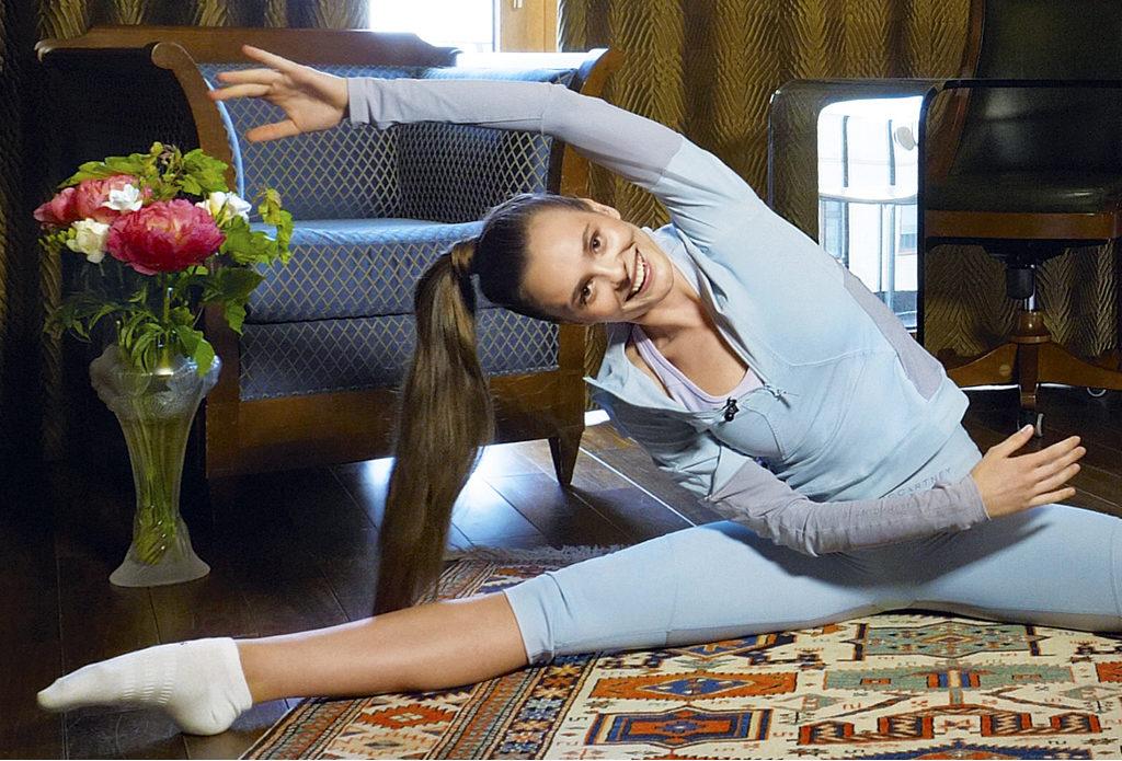 Гибкость и осанка: актриса Ангелина Стречина показывает свой 10-минутный комплекс на растяжку