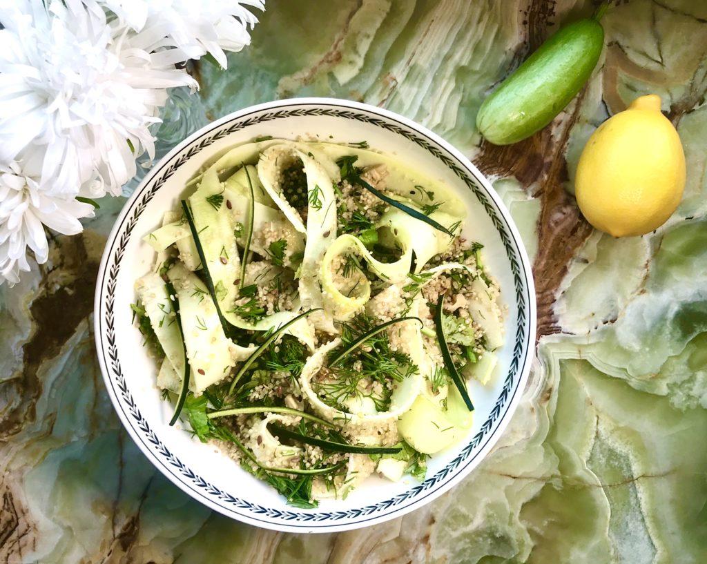 Салат из киноа и цуккини – питательное блюдо на скорую руку