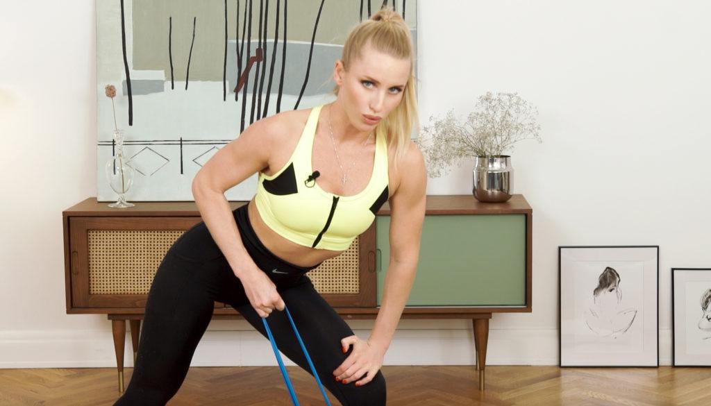 Домашняя тренировка на все тело: показывает чемпионка мира по бодифитнесу Юлия Ушакова