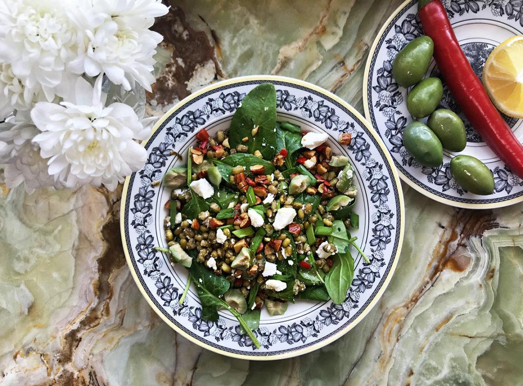 Салат из чечевицы с пряной ореховой заправкой – для гурманов