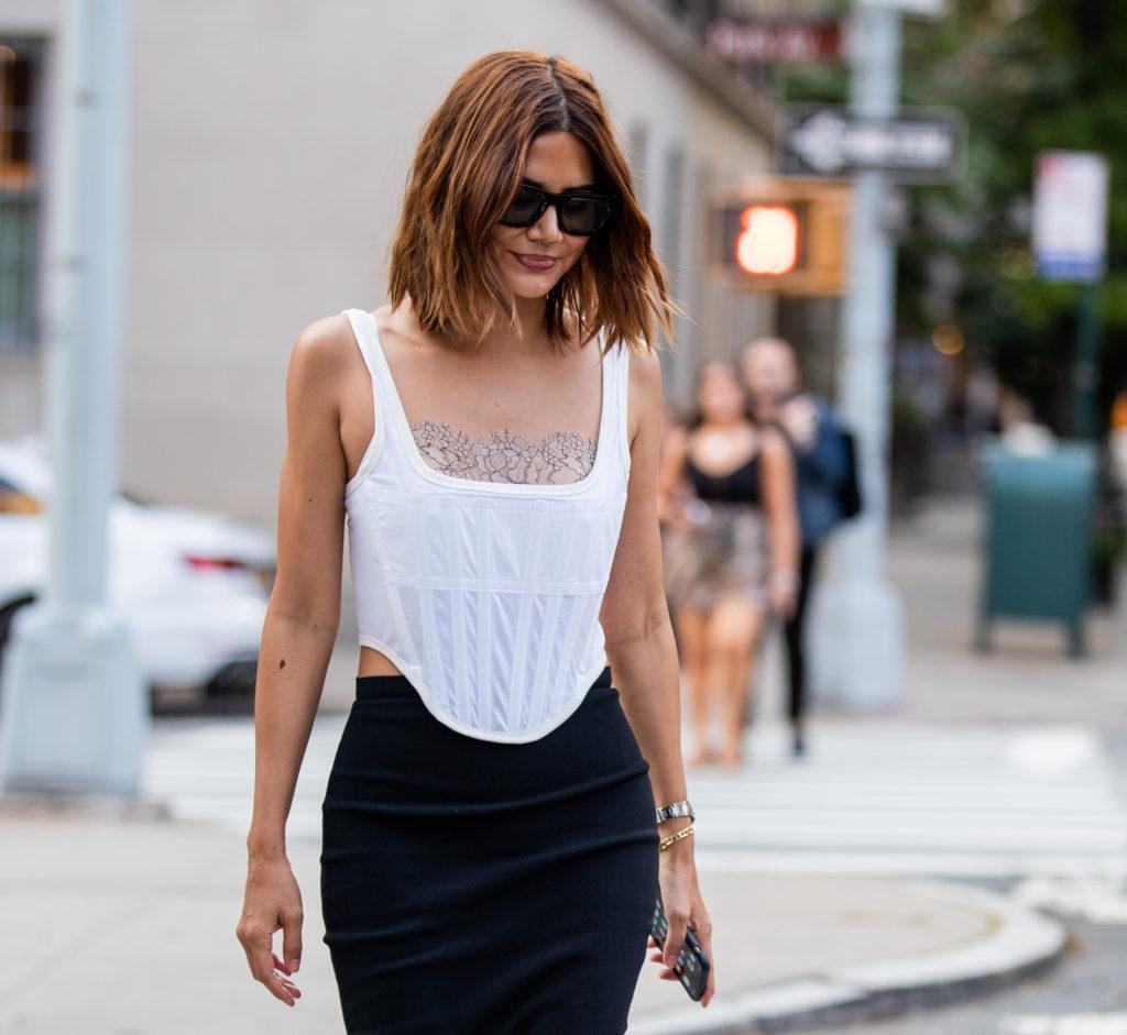 Корсет – модная альтернатива футболке