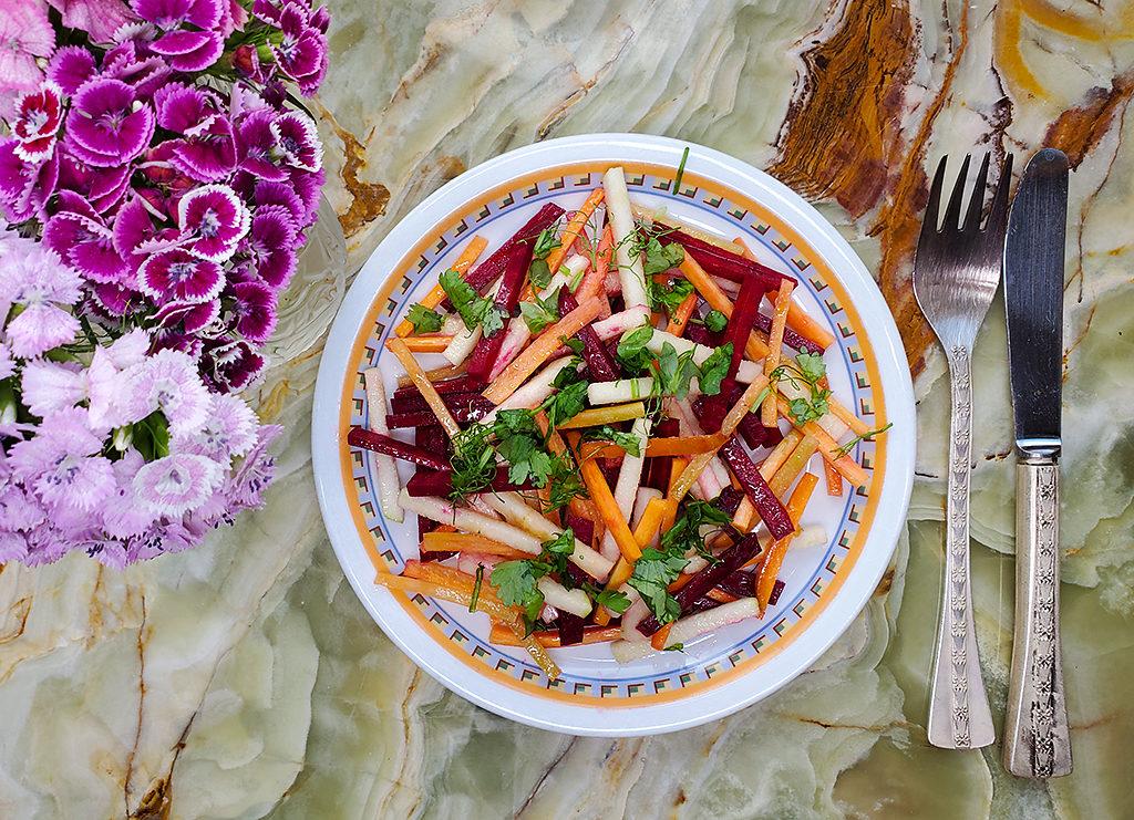 Морковно-яблочно-свекольный салат – лучший десерт в жару