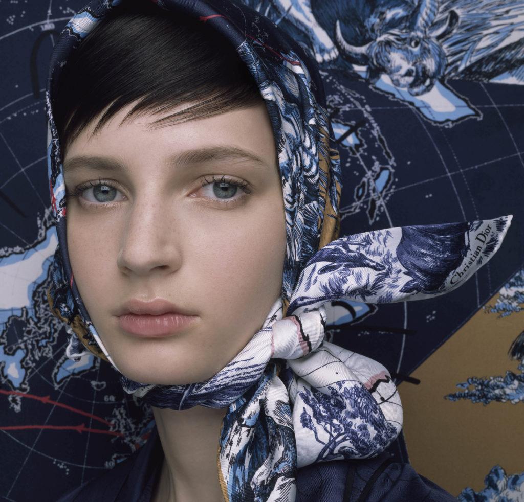 Шелковый платок Dior – модный аксессуар на осень-2021