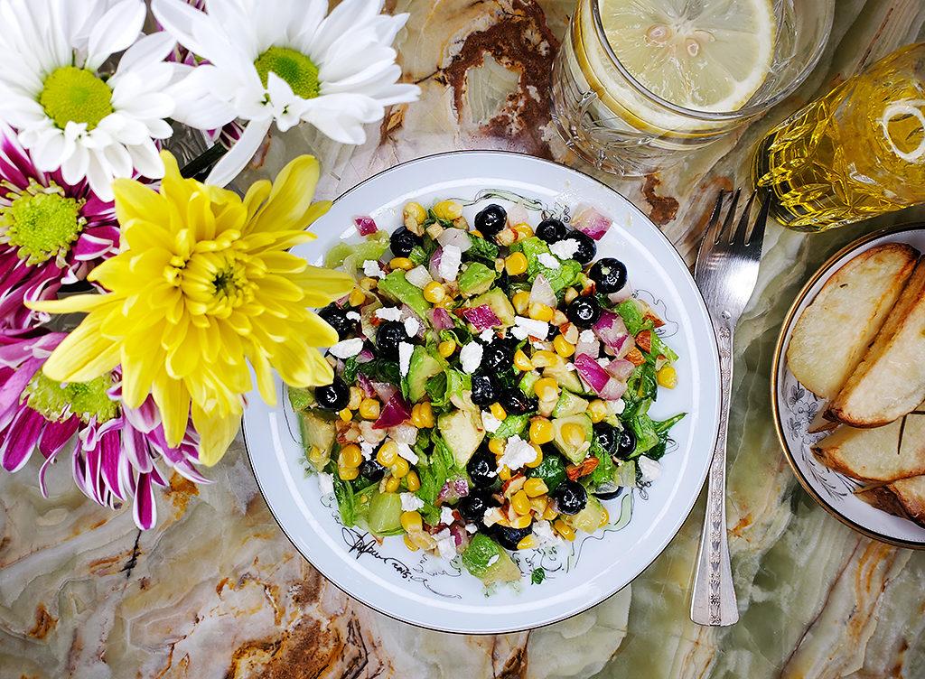 Салат из кукурузы, черники и авокадо – из лета в осень