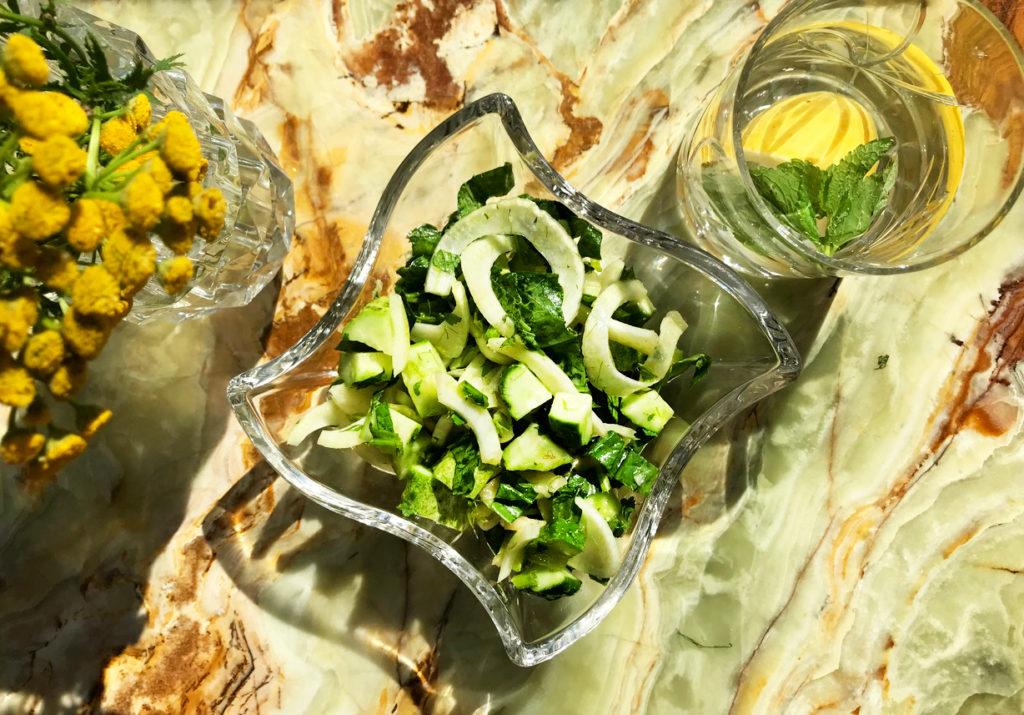 Салат из огурцов и сельдерея – спасение от отеков